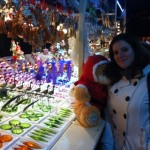Moi avec un ours devant un chalet déco