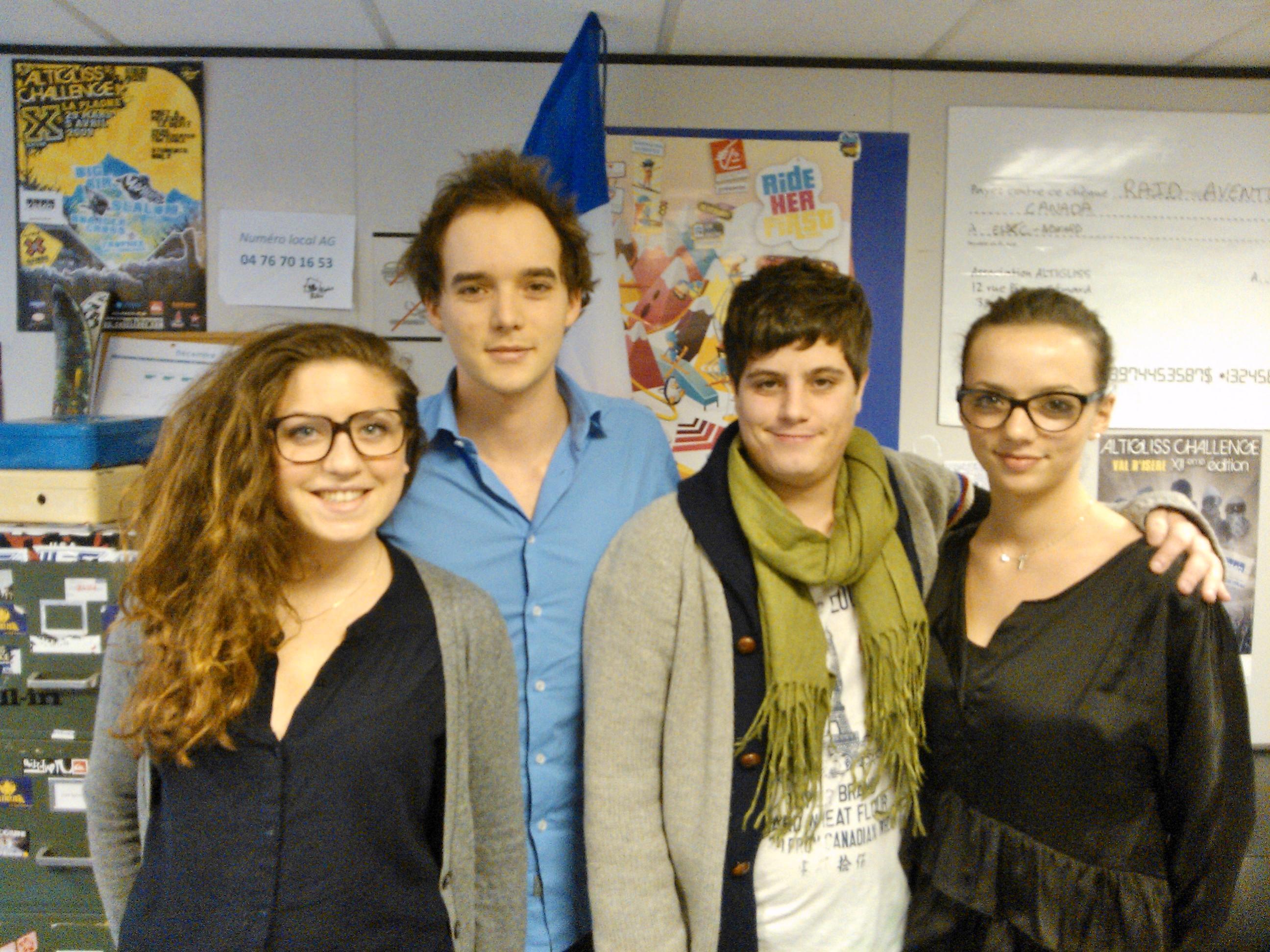 Guillaume Minn (centre gauche) entouré par d'autres membres d'Altigliss